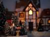 lezend-mannetje-bij-kerstboom
