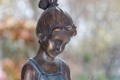 lezend-meisje-brons