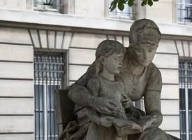 Lezende beelden Parijs
